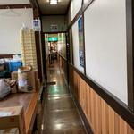 千草 - 裏側から店への通路