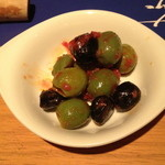 14943678 - おつまみで取ったオリーブ(¥ 500)、今まで食べたことのない絶妙な味付けでした。