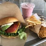 the 3rd Burger - アボカドわさびチーズバーガーと苺スムージー