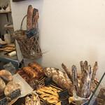 ブーランジェリー ボネダンヌ - 料理写真:店内で撮影 バゲットが本当にお勧め