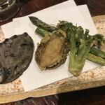 さかえや - 揚物 鮑、たらの芽、アスパラガス春菜の串天、梅塩添え