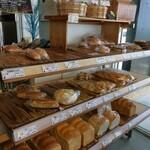 奄美きょら海工房 - 店内ではパンやお土産も販売しています