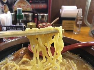 蔵出し味噌 麺場 田所商店 - 中太縮れ麺。