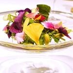 149464709 - 美しいハーブ、お花のサラダ仕立て