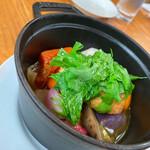 野菜ビストロ レギューム - ざっと10種類はあるお野菜をコトコト、ストウブ鍋で煮込んだお料理です♡