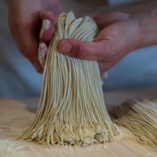 季節の蕎麦を厳選仕入、店の石臼で挽いた粉を熟練の職人が手打ち