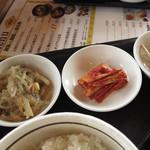 """まだん - """"替わり惣菜三品""""のキムチが旨いですねぇ~(^O^)"""