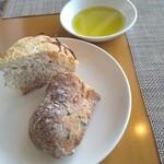 149512154 - パン(フォッカチャ、オリーブ)&オリーブオイル