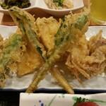 魚料理 渋谷 吉成本店 - シイタケは肉厚。定番のシシトウとナスもあります