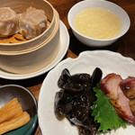Shanghai Dining 状元樓 - 牡丹セットの前菜(木耳と焼豚)と焼売と香物とスープ  この木耳がむっちりして美味