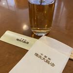 横浜大飯店 - お茶はポットでテーブルにセット