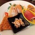 149521371 - こんがり風味良い中華風オムレツに野菜の生ハム巻き、柑橘風味の蒸し鶏や玉子春巻きなど凝った前菜が勢揃い