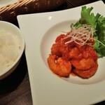 149521375 - 大ぶりな海老が1皿に8尾も盛り付けられた豪華な海老チリ、おかわりOKのご飯は程よい硬さの炊き具合