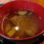 呑み食い処 うおひで - ナスとモヤシの味噌汁