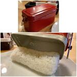 149554620 - 飯ごうのご飯を、よそう前に蓋をした状態でフリフリ。                       するとご飯が中でまとまり、お皿に綺麗に盛り付けられます。
