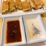 西安曹家 餃子坊 - 酢醤油とラー油。酢胡椒。