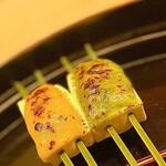 149582068 - ④豆腐田楽~美しい扇形の器には竹串の豆腐田楽。豆腐には蕗の薹と木の芽という香り豊かなお味噌をのせて、軽く炙った香ばしさが良い。