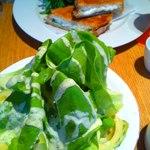 bills - レタスとアヴォカドのサラダ w/ グリーンゴッデスドレッシング(500円)