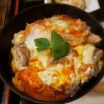 鶏匠 暁 - 蘭王を使った親子丼。鮮やかなオレンジ!