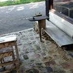 prato cafe - 外のベンチ