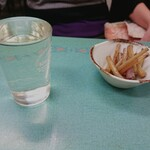 川越屋 - やたがらす(一合)  430円とお通しの蕗の茎
