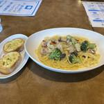 ジョリーパスタ - チキンとブロッコリーのクリームパスタ+ガーリックトースト