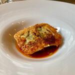 149611219 - 愛媛のハモのチーズ焼き。パリッと香ばしくて添えられたソースも手間かかってます♪