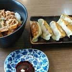 麺屋八代 - 料理写真:豚丼(大)580円+餃子300円
