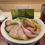 149622886 - 比内地鶏とホロホロ鳥の特製蔵出し醤油そば 1250円                         (+ 三種のチャーシュー増し 350円)