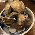 149625146 - 2人分の蛤の殻です