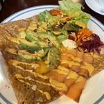 ガレット&フレンチトースト ZiZi - サーモンとアボカドのクリームチーズ添え