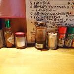 キッチン櫻庭 - カウンターの調味料群(タバスコはまだしも、一味・山椒・辣油は何に使うんでしょうか?)