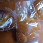 キリシマ ストリートベーカリー - 購入したパン達。クリームパン、くりパン、ミニディッシュ(?)
