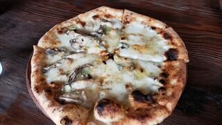 マンチズピッツェリア - 牡蠣のアヒージョと、チーズクワトロのハーフ&ハーフ