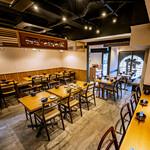 博多もつ鍋前田屋 - 店内は活気のあるテーブル席がメイン