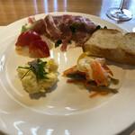 モア・クッチーナ - 前菜〜鰯の南蛮漬け的なやつ、ポテサラ?、真鯛のカルパッチョ、葉物を焼いて生ハムまきまき、自家製フォカッチャ