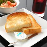 ハーモニー - これで朝食はOK 防腐剤なしのトーストとミニサラダでバランス抜群 モーニングセットは選べるドリンクまでついて最高にお得な¥430
