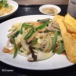 中国料理 空 - 卵焼きの下には上品な味の野菜炒め