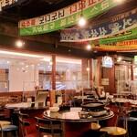 韓豚屋 - まるで韓国市場!な楽しい店内(*^ω^*)