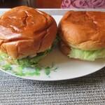 ヴィレッジヴァンガードダイナー - 実物、左が海老アボガドバーガー、右がチーズバーガー