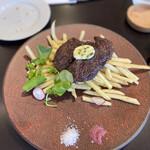 149735751 - メイン②                         牛ステーキ フライドポテト添え                         繊維質と旨味を感じる上質な赤身肉だった。                         赤ワイン塩はシェフの お手製だ。