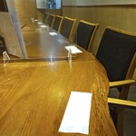 Nikunoyamakin - カウンター席。劇場並みの間隔