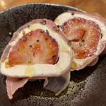鮮魚と炉端焼き 魚丸 - 果実とチーズの生ハム包み(¥480)