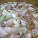 べじとん 江坂店 - グツグツって煮込んでいってしばらくすると完成です。                             鶏が美味しそうに煮込まれています。                             スープも鶏から出た旨みで美味しそうですよね。                             さあ、頂きましょうか。