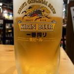 べじとん 江坂店 - まずは生ビールからでしょう。                             って事でオーダーしました。                             ここは、キリンの一番搾り380円ですね。                             では、乾杯~!!                             ぶふぁ~、旨い!!