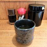 149777599 - 醤油(普通と甘口)、ガリ入れ、お茶