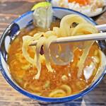 クックら - 三河屋製麺製の平打ち麺とカレースープの相性は最高