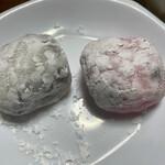 木村屋 - 左(王道の白、所々黒):つぶ餡、右(ほんのりピンク):白あん