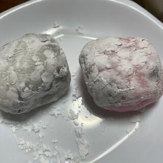 木村屋 - 料理写真:左(王道の白、所々黒):つぶ餡、右(ほんのりピンク):白あん