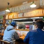 あらが食堂 - 店内雰囲気 カウンター上にメニュー札がたくさん(^^)